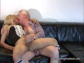 Blondīne skuķēns has jautrība ar a vectēvs