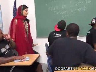 Nadia ali learns へ ハンドル a bunch の ブラック cocks