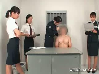 Asiatique police femme toying male étroit cul sur une table