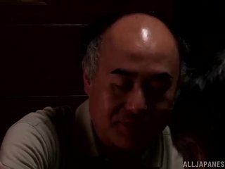 Yui hatano gives một dễ thương mau đến một số elderly bloke