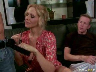 Julia ann blonde milf jouer et engulf la dur dongs
