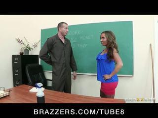 Slutty skola skolotāja richelle ryan fucks the skola janitor