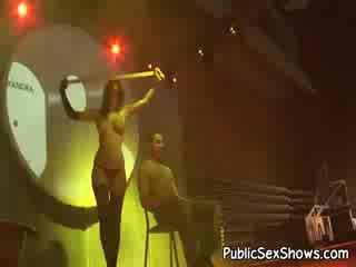Super 섹시한 어두운 haired stripper 에 흑단 팬티 hose 댄스 에 a guys lap