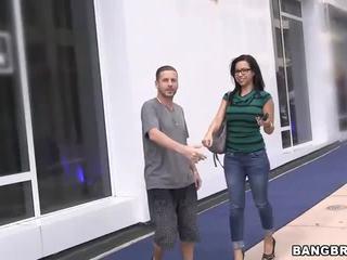 Amateur sales vrouw geneukt op de bangbus!