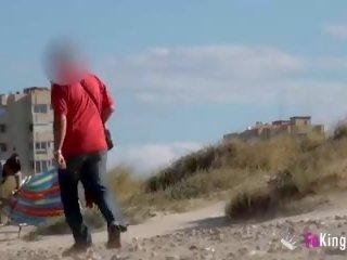 Masturberen in naakt strand terwijl guys kijken en ruk af
