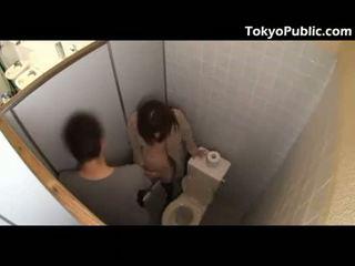 Caliente japonesa fucks guys en la público restroom
