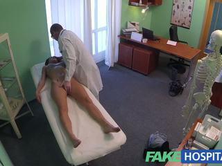 Fakehospital nádherný mladý pole dancer s horký tělo swallows the doctors medicine
