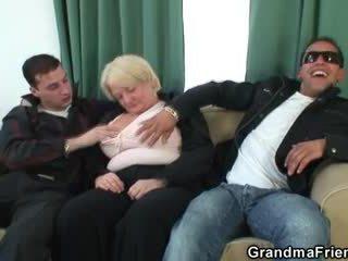 Trio orgie met dronken oma