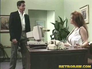 Infirmière banged onto son bureau