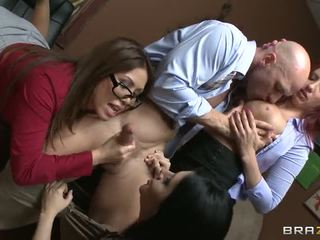 Johnny gets sucked līdz trīs karstās babes video