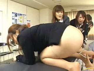 Asiatiskapojke tonårs flickor ge deras asses för anala kön