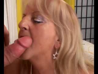 Rijpere blondine oma sucks en fucks lul