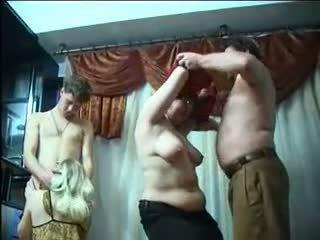 Penis di belahan dada tukar-menukar pasangan pesta