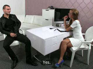 Piemērots female agent fucks a tattooed guy uz an birojs