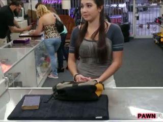 วิทยาลัย หญิง trades เธอ หนังสือ สำหรับ a เพศ ใน the pawnshop