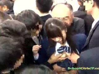 Aziāti skolniece gets viņai seja banda banged uz a autobuss