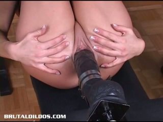 Geil brunette gets banged door een neuken machine