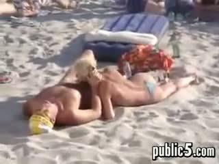 Fafanje outdoors v javno pri the plaža