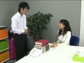 Азіатська офіс дівчина в колготки і її coworker