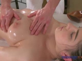 امرأة سمراء, كبير الثدي, تقبيل