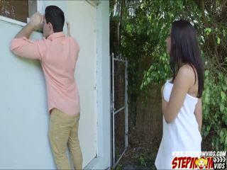 Peeping tom ends omhoog neuken haar rondborstig gf en haar stiefmoeder
