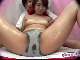 Ázsiai lány -ban nadrágos massaged -val olaj cicik rubbed punci fing