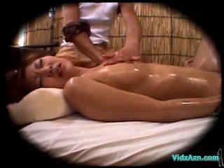 Asiatique fille massaged avec huile suçage bite baisée par la masseur foutre à ventre sur la mattress