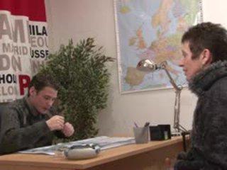 Diana se fait raser la chatte par un jeune sur telsev.tv