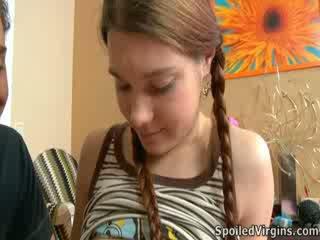 Nina liked come il stallone playeed con suo capezzoli.