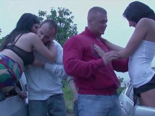 Viešumas orgija su 2 ištvirkęs merginos pakliuvom iki strangers į a
