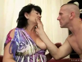 Regordeta peluda abuelita gets follada