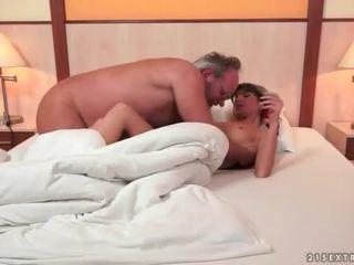 Grootvader en schattig tiener making liefde
