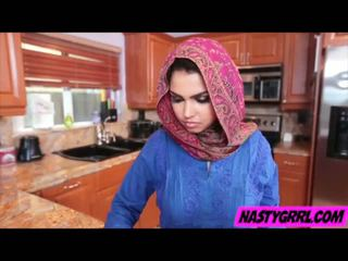 Hijabi момиче ada has към смуча чеп и obey
