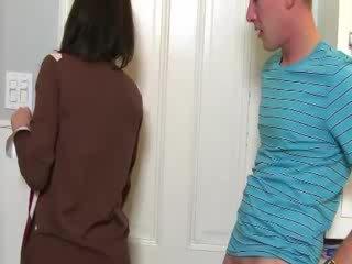 Milf convinces nana à sucer bite avec son