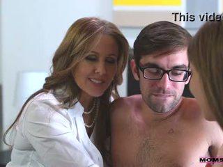 Solis māte fucks dēls uz karstās trijatā