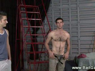 Heteroseksueel guy tonen zijn heet lichaam