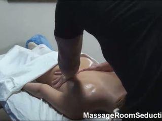 Підліток doing масаж
