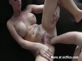 Горещ брюнетка fist прецака в тя loose tattooed cun