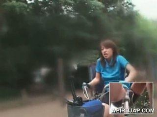 الآسيوية في سن المراهقة sweeties ركوب الخيل bikes مع dildos في هم cunts