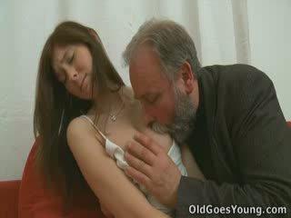 La grey cheveux et beard signifier rien. quand vous voir lui baise alina you'll realise la puissance de expérience