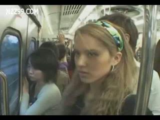 Two anthomaniac meisjes in trein gives geek afrukken
