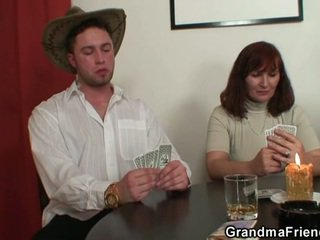 Zhveshje poker leads në i vështirë treshe