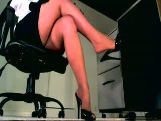 Uw lichaam weakens als u luisteren en kijken haar perfect benen sooth u in een staat van sumission