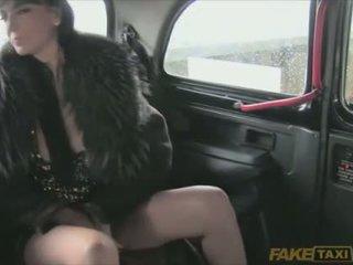 Mans passenger ir izslāpis blowing liels cocks
