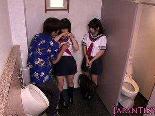 Petite japansk schoolgirls kjærlighet threeway