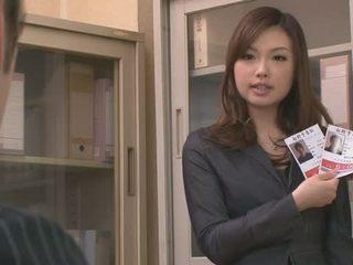 Two guys 他媽的 和 體內射精 aiko hirose 在 該 辦公室