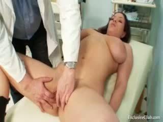 Andrea visiting 她的 gyno 医生 为 实 的阴户
