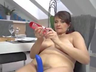 Rijpere shoving een dildo in haar harig poesje: gratis porno e5