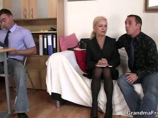 Pair chaps andel äldre blondin i den kontors