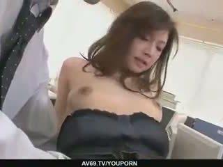 Two guys caralho e ejaculação interna aiko hirose em o escritório